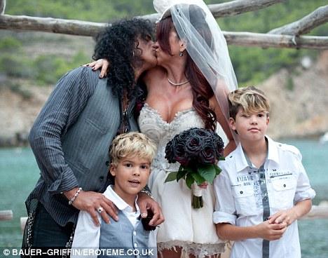 slash e perla renovam votos de casamento em ibiza