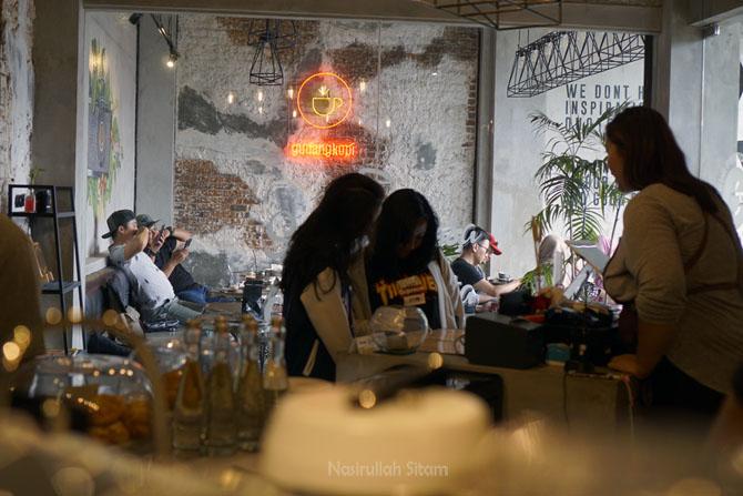 Pengunjung sedang memesan minuman di Gudang Kopi