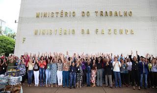 Servidores dão abraço simbólico no prédio do Ministério do Trabalho