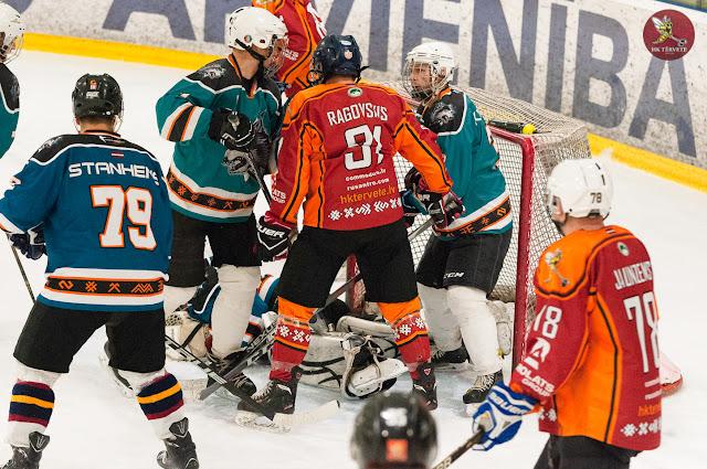 Hokejisti cīnās vārtu priekšā par ripu