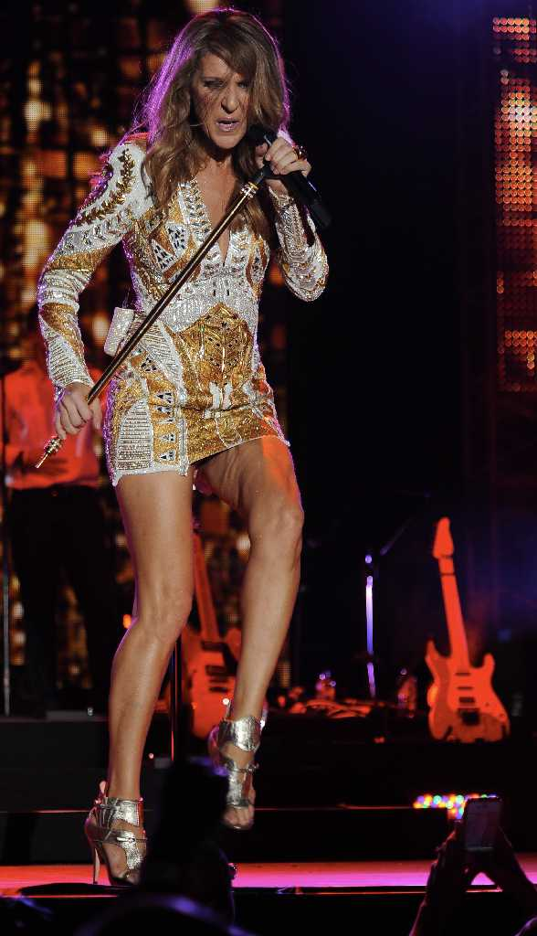Upskirt Moment Celine Dion Svelte Legs In A Very Short -3760