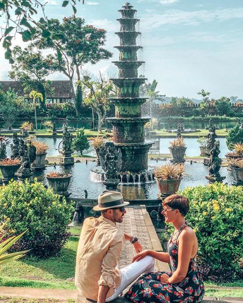 Khu vườn còn có 2 hồ tắm nước ngọt dành cho du khách và dịch vụ chèo thuyền đưa bạn đi dạo vòng quanh. Bên trong cung điện có nhà hàng và quán cà phê sang trọng. Nơi đây mở cửa cho du khách cả 7 ngày trong tuần, từ 6-18h.