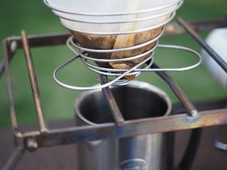 UNIFLAME(ユニフレーム)のコーヒーバネット cute、ドリップスタンド代わりにクッカースタンド350