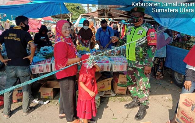Memutus Mata Rantai Penyebaran Covid-19 Personel Jajaran Kodim 0207/Simalungun Laksanakan Razia Masker Dipasar Tradisional