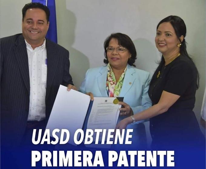 UASD recibe registro de patente correspondiente a descubrimiento de la molécula Koanolido A.
