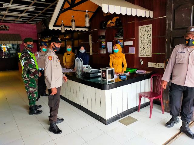 Tepatnya Dijalan Merdeka, Personel Jajaran Kodim 0207/Simalungun Laksanakan Penegakan Disiplin Protokol Kesehatan