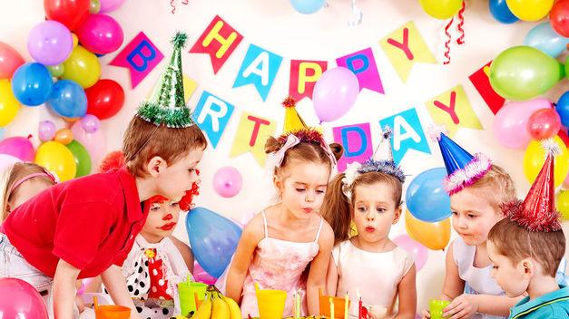 Niños celebrando un cumpleaños y cantando