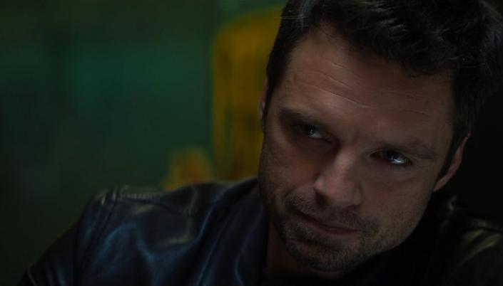 Imagem: o personagem Bucky, interpretado por Sebastian Stan, um homem branco com cabelos castanhos curtos em um casaco.