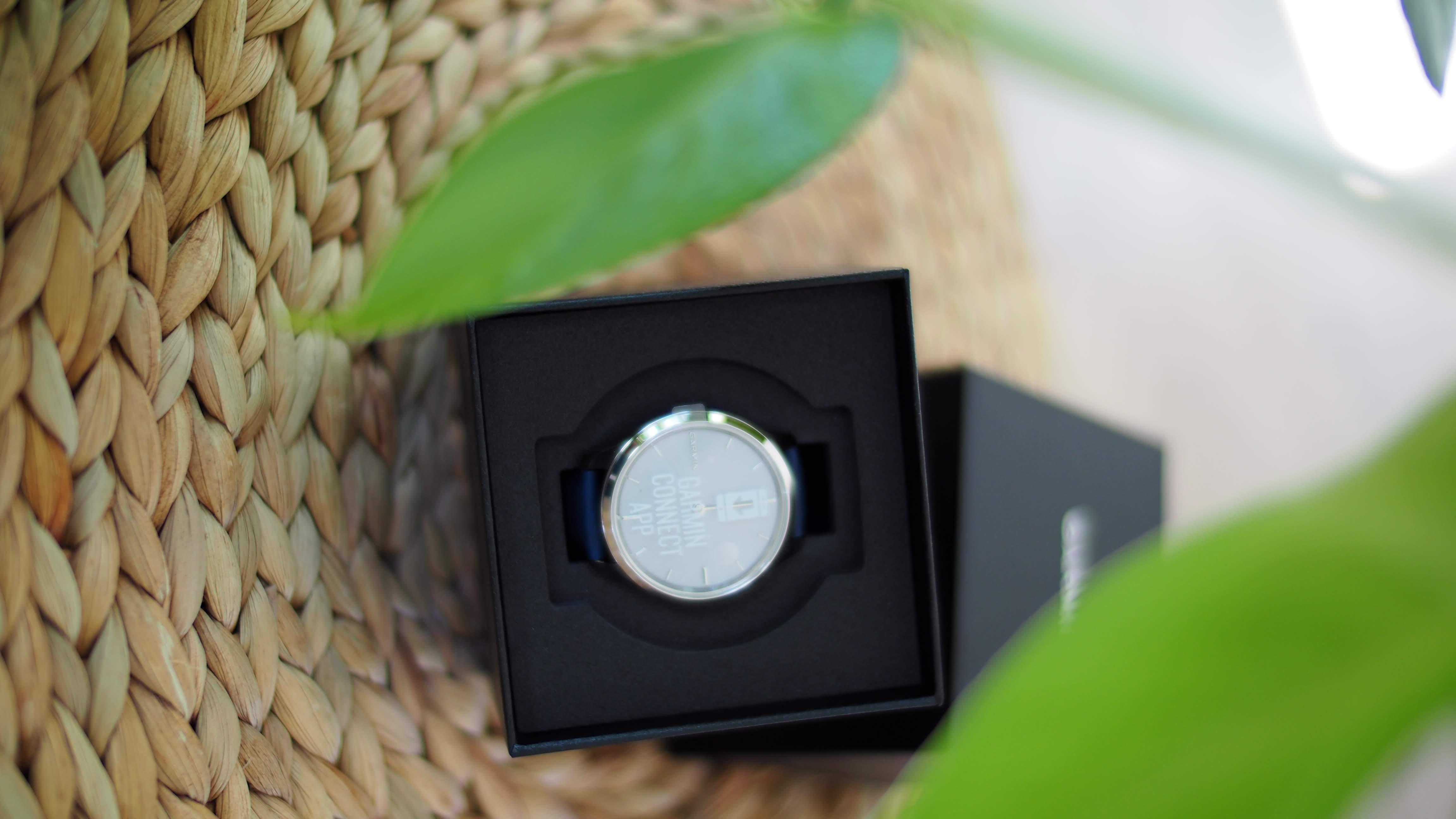 vívomove Luxe Smartwatch in der Lieferbox