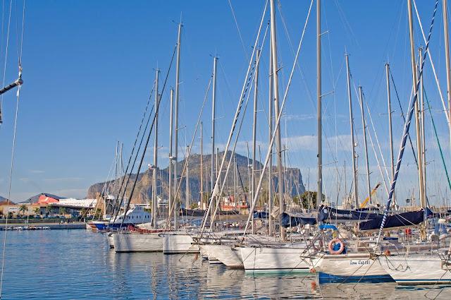 Palermo port w mieście, widok na skałę w centrum miasta