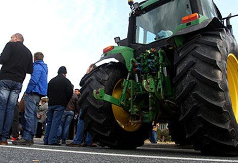 Με τα τρακτέρ στις πλατείες ξεκινούν οι αγρότες
