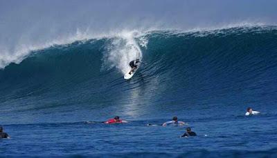 Surfing Pantai Uluwatu