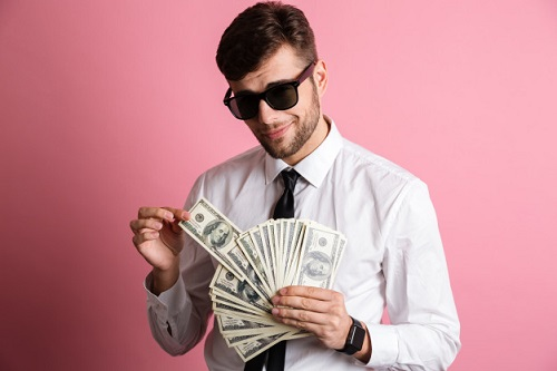 homem bonito e rico contando dinheiro