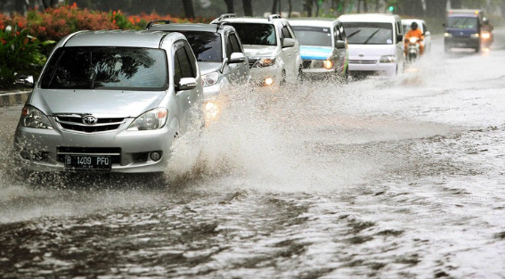 4 Hal Yang Harus Diperhatikan Saat Akan Menerobos Banjir Dengan Mobil