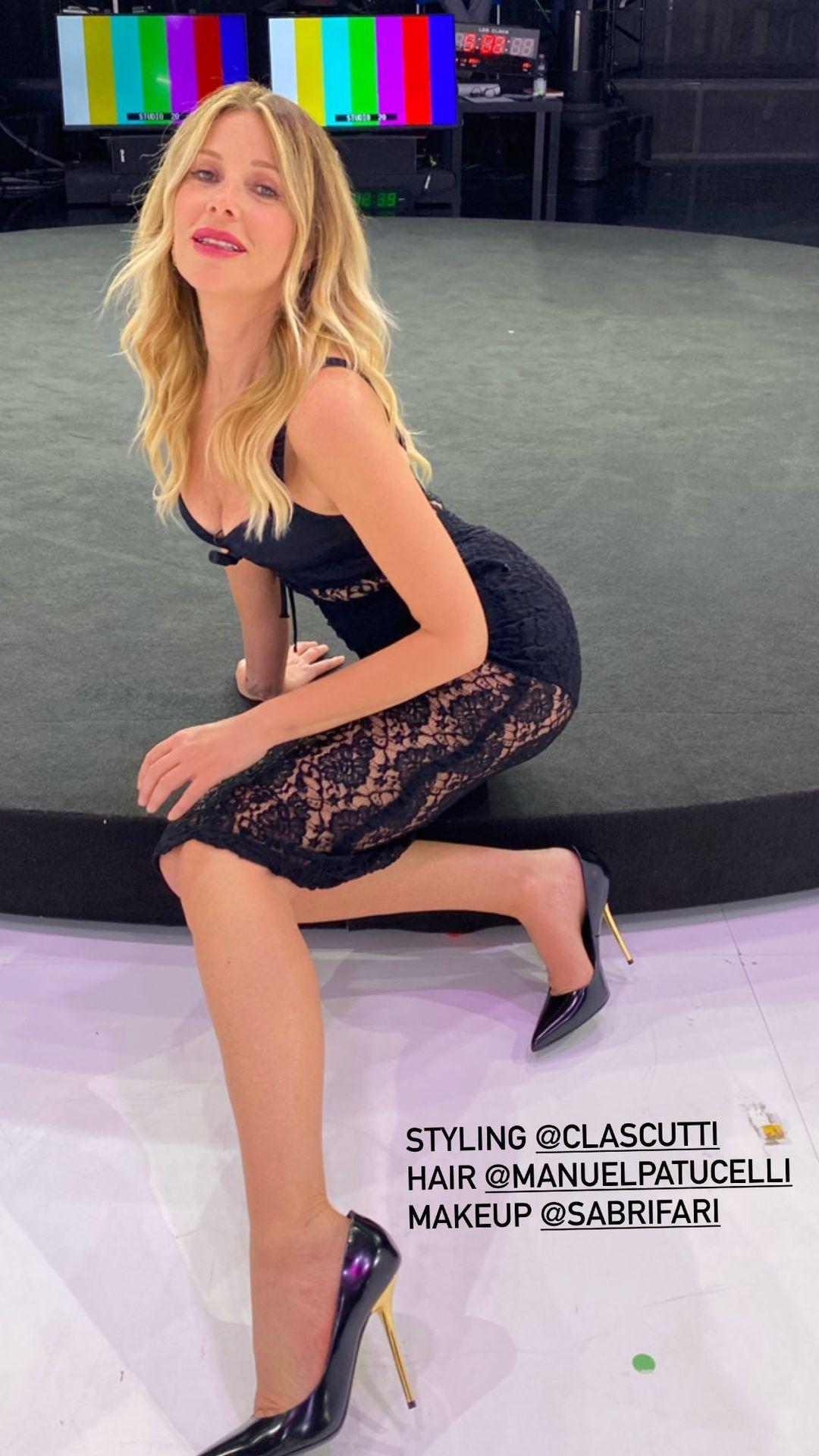 Alessia Marcuzzi tacchi alti neri oro abbigliamento Dolce e Gabbana le iene show 1 giugno