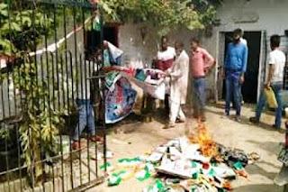 बिहार चुनाव: नाराज कांग्रेस कार्यकर्ताओं ने फाड़े राहुल-सोनिया के पोस्टर, पार्टी नेताओं पर टिकट बेचने का आरोप