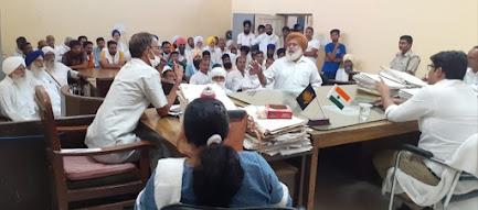 किसानों ने एसडीएम को दिया पराली नहीं जलाने का आश्वाशन   फसल अवशेष के लिए किसान अपनाएं फसल अवशेष प्रबंधन स्कीम - एसडीएम डॉ आनंद कुमार शर्मा आईएएस कहा - पराली न जलाकर बने पर्यावरण मित्र