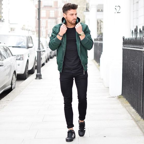 Look Masculino All Black, Jaqueta bomber verde, superstar preto.