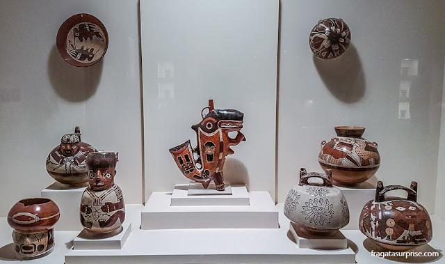 conjunto de vasos cerimoniais encontrados em Nazca, no acervo do Museu Larco, Lima, Peru