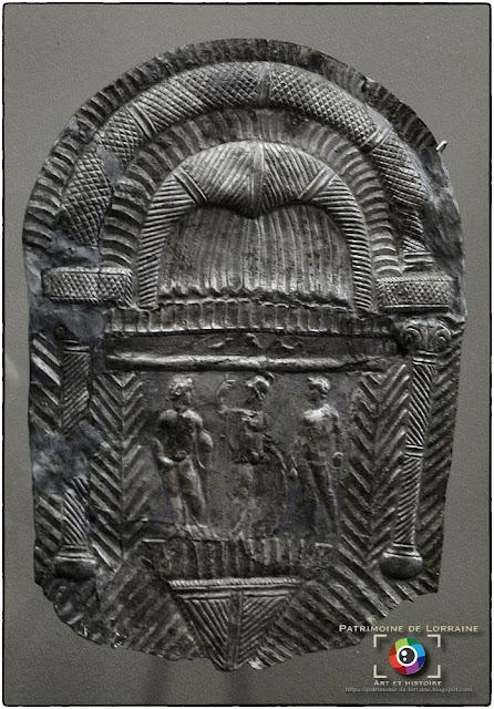 VIC-SUR-SEILLE (57) - Plaquette votive gallo-romaine (IIe siècle)