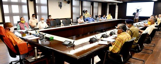 टेस्टिंग क्षमता को बढ़ाकर 40,000 टेस्ट प्रतिदिन किया जाए -मुख्यमंत्री योगी      उ0प्र0 टेस्टिंग क्षमता को बढ़ाकर 40,000 टेस्ट प्रतिदिन किया जाए : मुख्यमंत्री आर0टी0पी0सी0आर0विधि से 30,000 टेस्ट प्रतिदिन तथा टूनट एवं रैपिड एन्टीजन टेस्ट के माध्यम से 10,000 टेस्ट प्रतिदिन किए जाएं जनपद कानपुर नगर , झांसी तथा वाराणसी में विशेषज्ञ चिकित्सकों की मेडिकल टीम भेजने के निर्देश अधिक संक्रमण वाले जनपदों के कोविड अस्पतालों में बेड की संख्या में वृद्धि की जाए लोगों को मास्क का उपयोग करने , सोशल डिस्टेंसिंग अपनाने तथा अनावश्यक घर से बाहर न निकलने के सम्बन्ध में जागरूक किया जाए मेडिकल टीम को कोविड -19 के संक्रमण से सुरक्षित रखने के लिए प्रशिक्षण कार्यक्रम पूरी सक्रियता से संचालित किए जाएं लखनऊ : 00 जुलाई , 2020 उत्तर प्रदेश के मुख्यमंत्री योगी आदित्यनाथ जी ने टेस्टिंग क्षमता में निरन्तर वृद्धि करने के निर्देश दिए हैं । उन्होंने कहा कि टेस्टिंग क्षमता को बढ़ाकर 40,000 टेस्ट प्रतिदिन किया जाए ।                                                                                                                                                         संवाददाता, Journalist Anil Prabhakar.                                                                                               www.upviral24.in