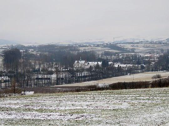 Zbliżenie na zespół klasztorny Cystersów w Szczyrzycu
