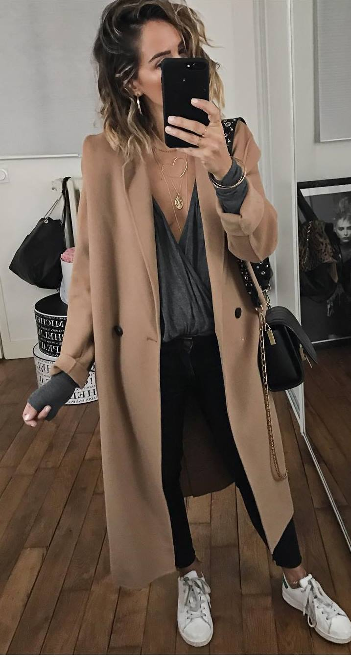 casual style perfection | nude coat + top + bag + black skinny jeans + sneakers