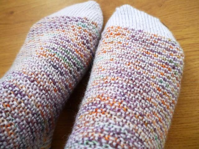 gros plan chaussettes au tricot, modèle Broken Seed stitch socks