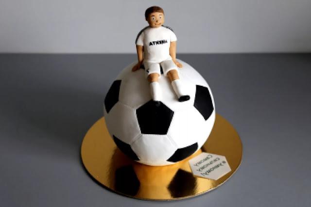 """ак сделать и оформить торт «Футбольный мяч», торт футбольный мяч, оформление тортов, оформление шарообразных тортов, торты для мальчиков, торты для мужчин, как сделать торт футбол, как сделать торт шар, торты спортивные, торты для спортсменов, торты на 23 февраля, как сделать торт футбольный мяч, как оформить торт футбольный мяч, футбол, футболистам, футбольный мяч, футбольное поле, еда, рецепиы, рецепты кулинарные, рецепты праздничные, Торты """"Футбольный мяч"""". Рецепты, мастер-классы и идеи оформления http://prazdnichnymir.ru"""