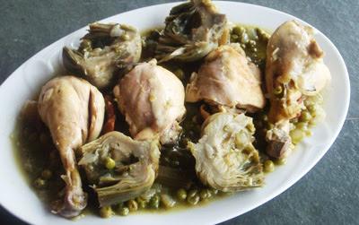 Pollo con guisantes y alcachofas