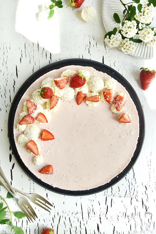 Kühlschranktorte mit Erdbeeren und Raffaellos