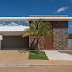 Fachada de casa térrea pequena e contemporânea com linhas retas e pedra ferro!
