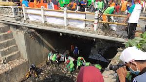 Tumpukan Sampah di Sungai Pinggir Pasar Linggapura Dibersihkan