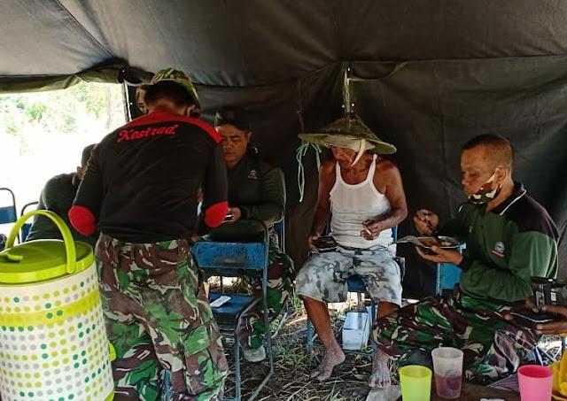 Kebersamaan TNI dan Warga Saat Istirahat TMMD