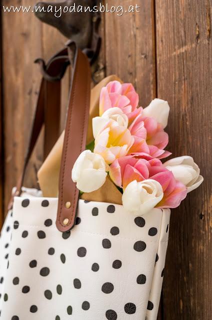 Tasche mit Tulpenstrauß