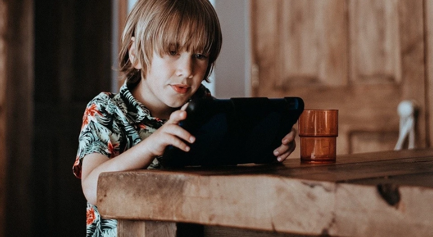 How to prevent your child from sitting on the phone at the table: 3 actionable tips (plus a game)