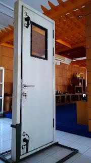 Jenis pintu kapal dengan daun pintu aluminium