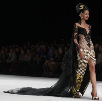 Model Kebaya Jumputan Kombinasi Batik Tradisional Anne Avantie