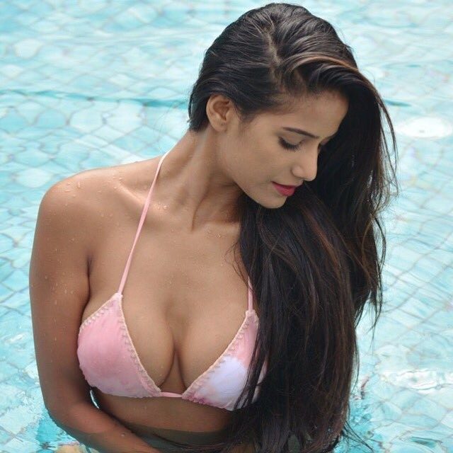 Poonam Pandey Flaunts Her Jaw-Dropping Curves In Bikini