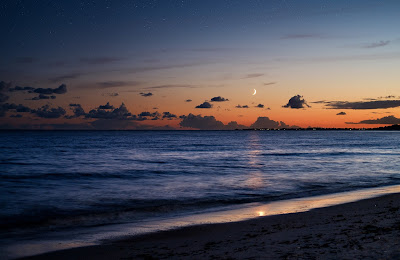 Immagine di un tramonto sul mare foto scattata dalla spiaggia