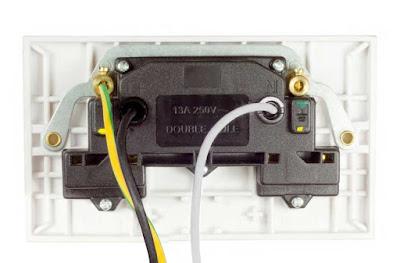 Instalaciones eléctricas residenciales - Vista posterior de contacto polarizado de 13A, 240 V
