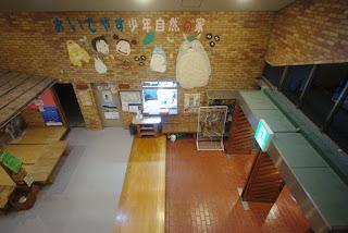 2階廊下から入り口を望む