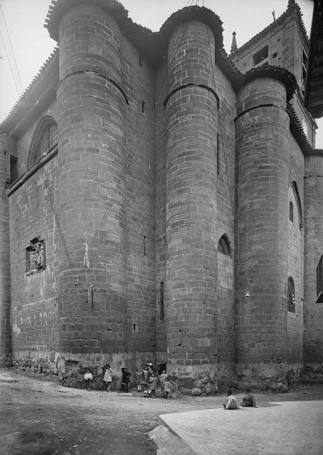 Santa María La Real. Nájera, año 1932. (Foto Marburg). Fotografía realizada desde la Calle Sta. María. Se aprecian el alero y un balcón de la derruida casa de la desaparecida Calle del Horno