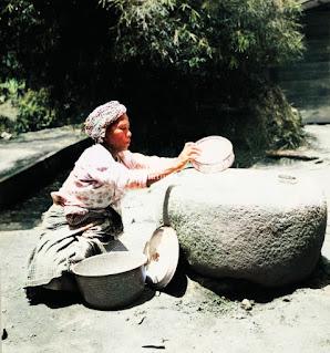 proses menumbuk beras menjadi tepung
