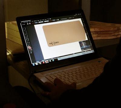 computador programando a gravação de uma tábua de madeira