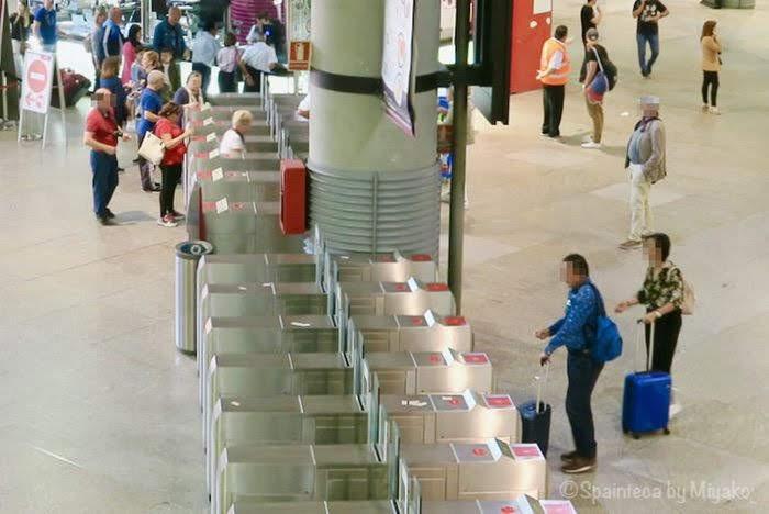 マドリードのセルカニアス線の改札を通る人々