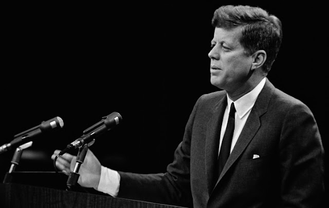 O governo dos Estados Unidos divulgou nesta quinta-feira 2.891 documentos sobre o assassinato do presidente John F. Kennedy no site dos Arquivos Nacionais, mas manteve outros em sigilo por motivos de segurança.