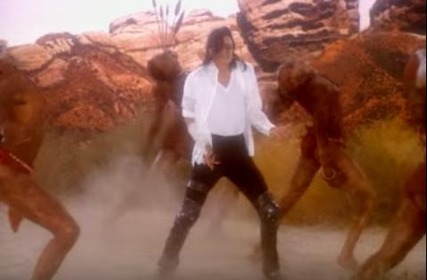 Michael Jackson menari dan menyanyi dalam lagu Black or White