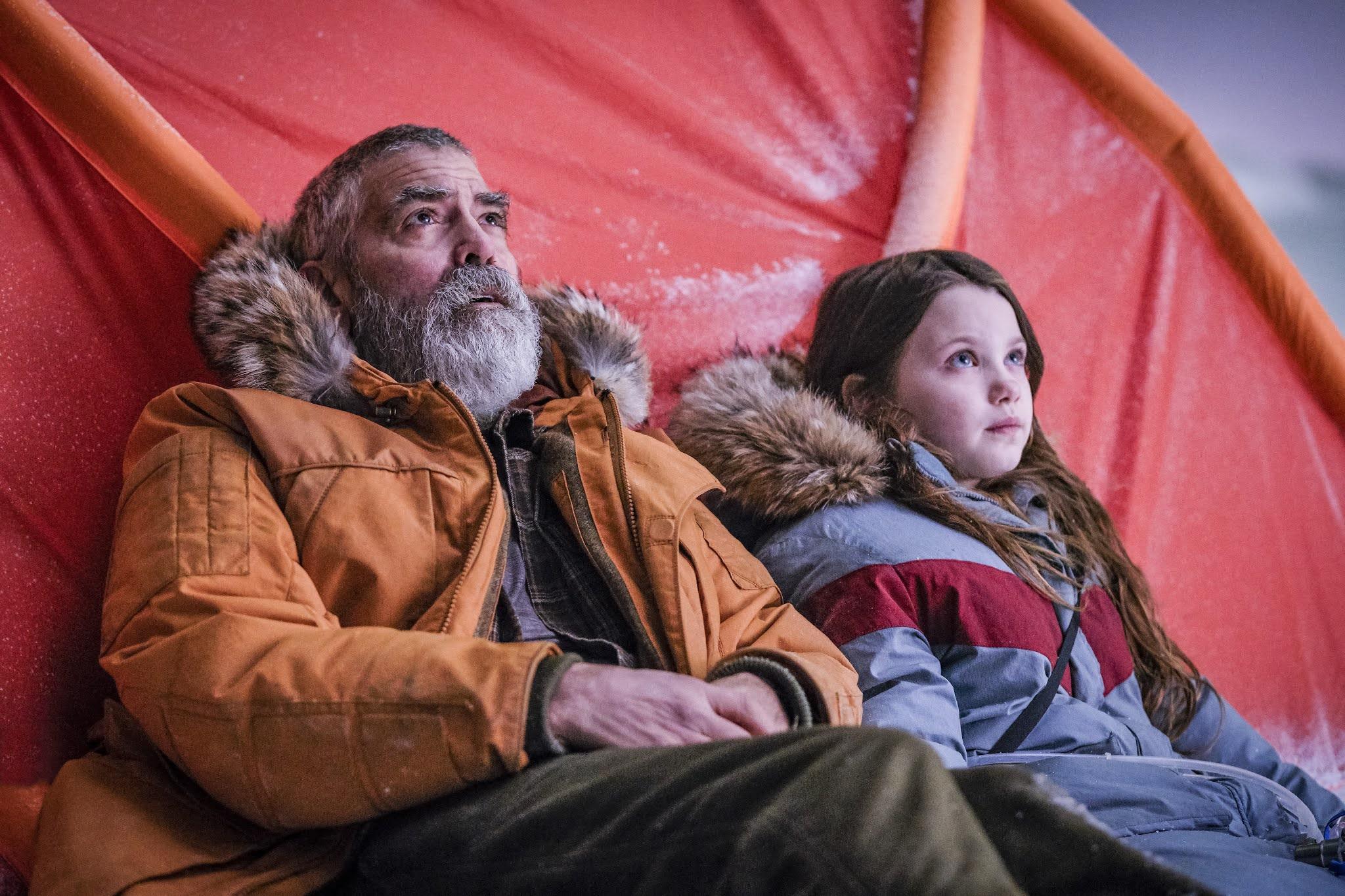 "George Clooney (""Augustine"" - Director - Producer), Caoilinn Springall (""Iris"")- Crédito Netflix"
