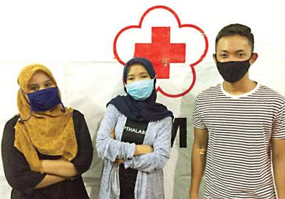 Annisa Octiandari Pertiwi (tengah) bersama dua pendonor darah